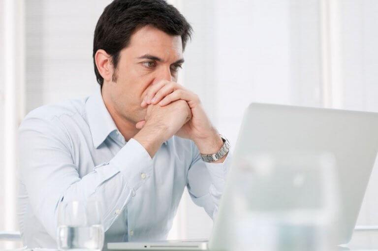 Homem estressado em seu trabalho