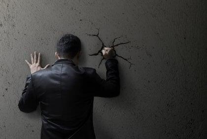 Homem socando a parede