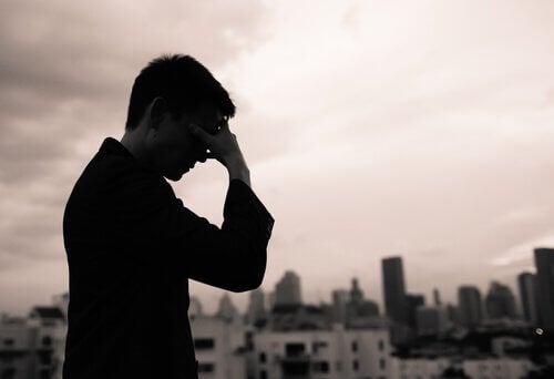 Homem cansado com dor de cabeça