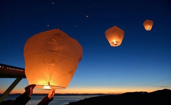 Lanternas iluminadas voando