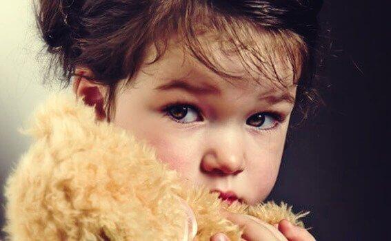 Criança atenta com o olhar