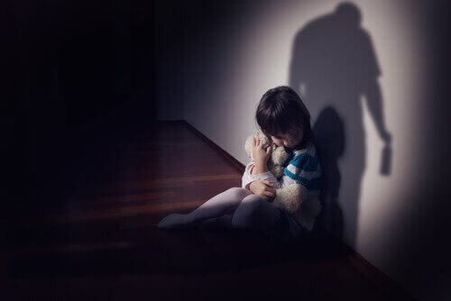Criança sofrendo com pai alcoólatra