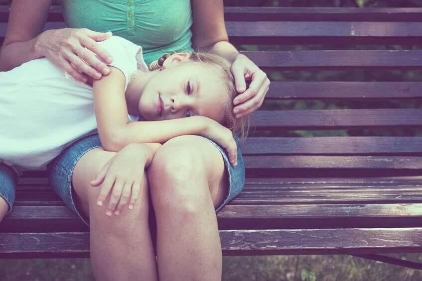 Filha deitada no colo da mãe