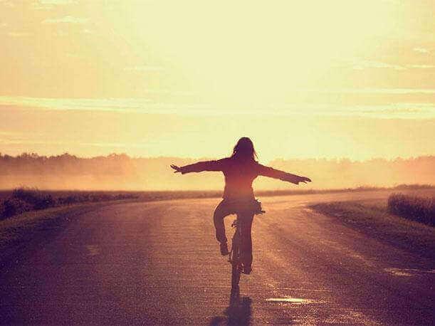 Mulher livre andando de bicicleta