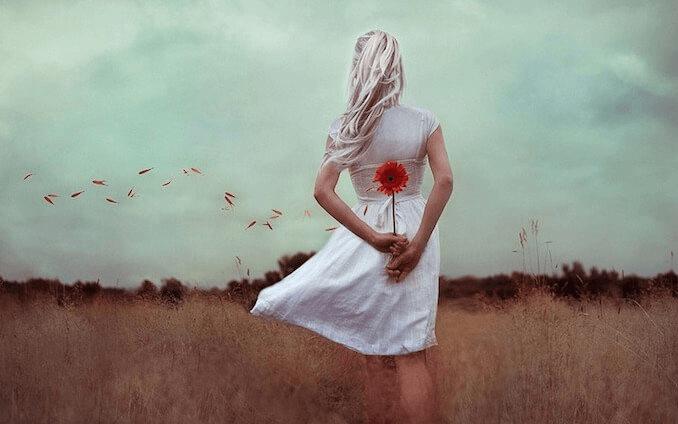 Mulher segurando flor