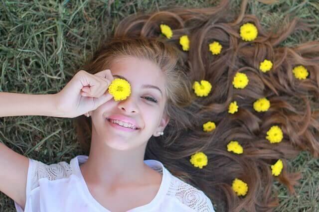 Adolescente com flores no cabelo