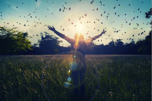 Mulher com pássaros voando