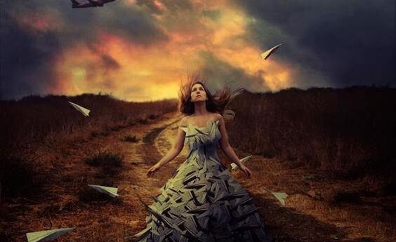 Mulher caminhando em trilha isolada