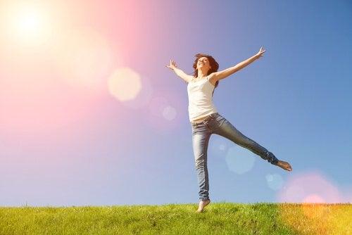 Mulher pulando de braços abertos