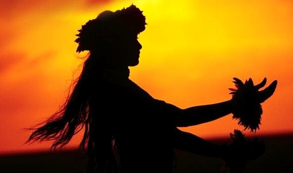 Mulher havaiana dançando