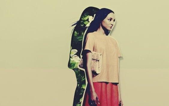 Mulher com sombra de plantas