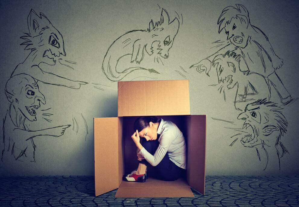 Mulher sentada dentro de caixa