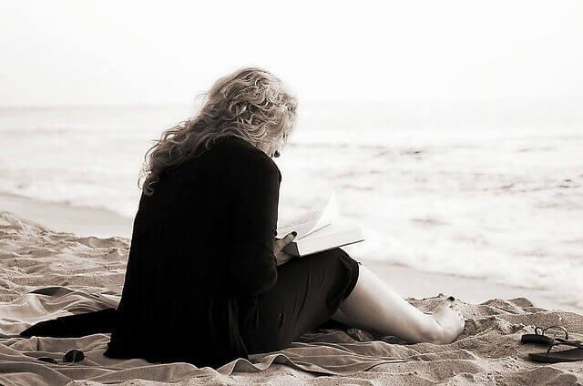 Mulher lendo na praia