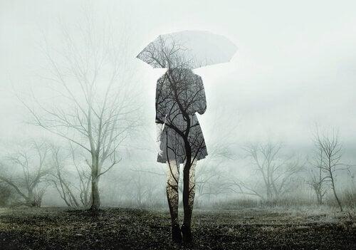 Mulher em meio à névoa