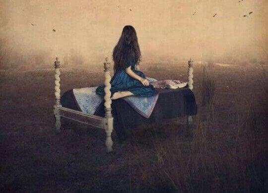 Mulher sofrendo em solidão