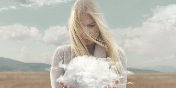 Mulher com nuvem nas mãos