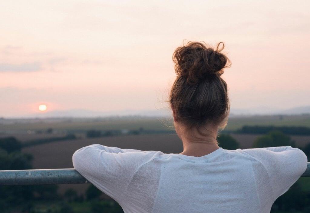 Mulher contemplando a natureza