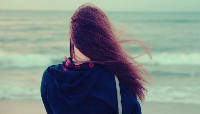 Mulher em silêncio diante do mar