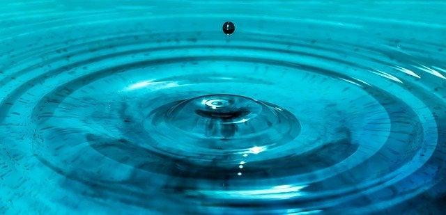 Gota de água formando ondas