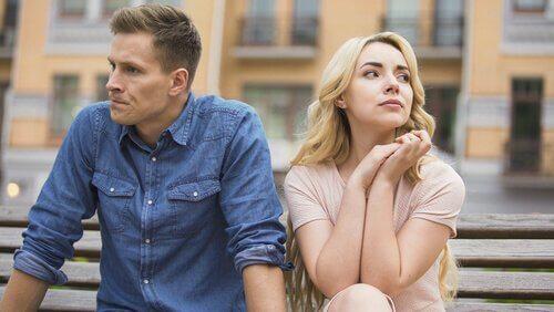 Casal enfrentando problemas