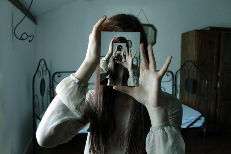 Imagem de mulher em vários espelhos