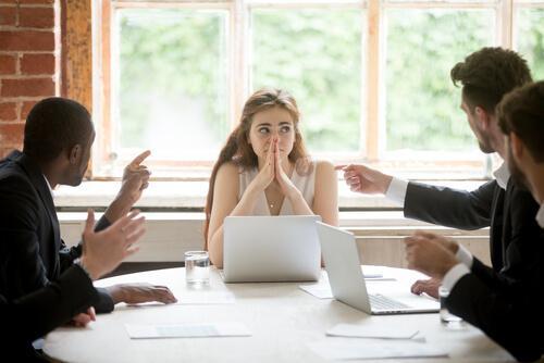 Mulher com problemas em reunião de trabalho