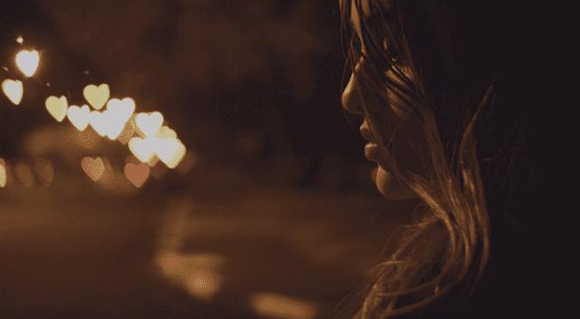 Mulher sofrendo com o fim de um relacionamento