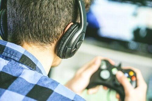 Rapaz jogando videogames