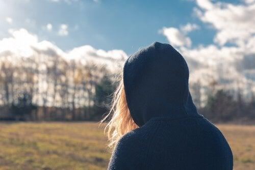 Adolescente observando paisagem
