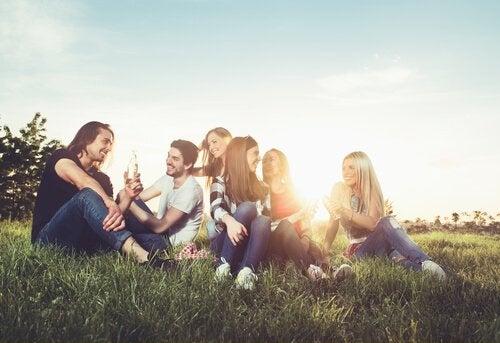Amigos sentados na grama