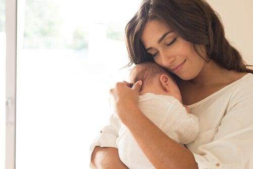 Mãe abraçando seu bebê