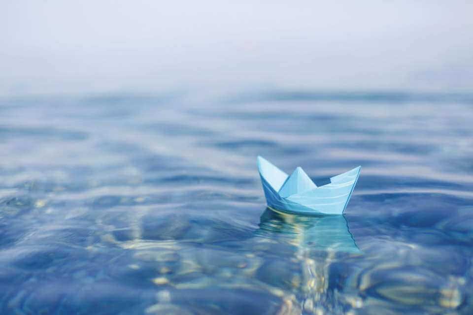 Barquinho de papel na água