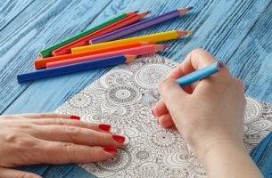Os benefícios de colorir mandalas