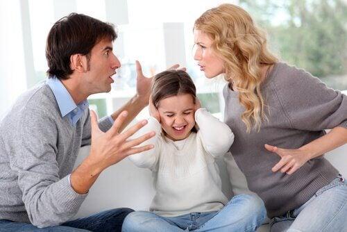 Casal brigando na frente da filha