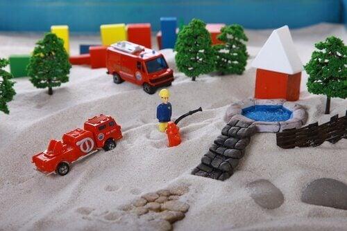 Brinquedos infantis na areia