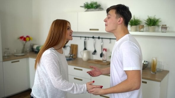 Casal tendo discussão amigável