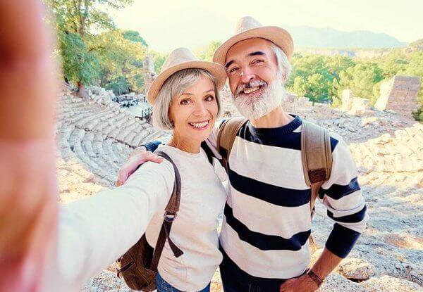 Casal mais velho viajando