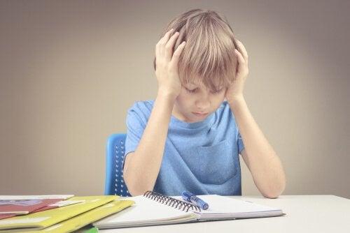 Criança com dificuldade em matemática