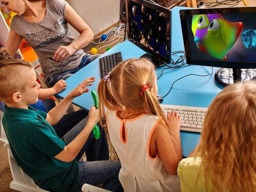 Crianças jogando videogames