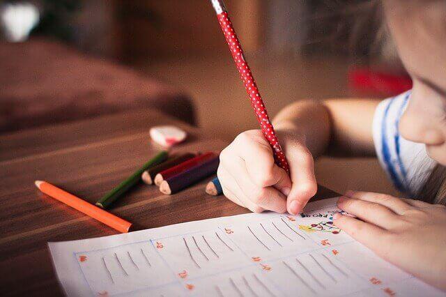 Criança fazendo lição de casa