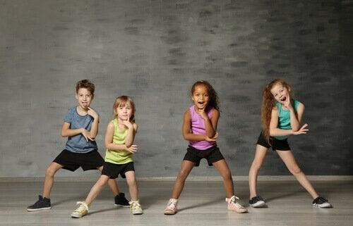 Crianças dançando juntas