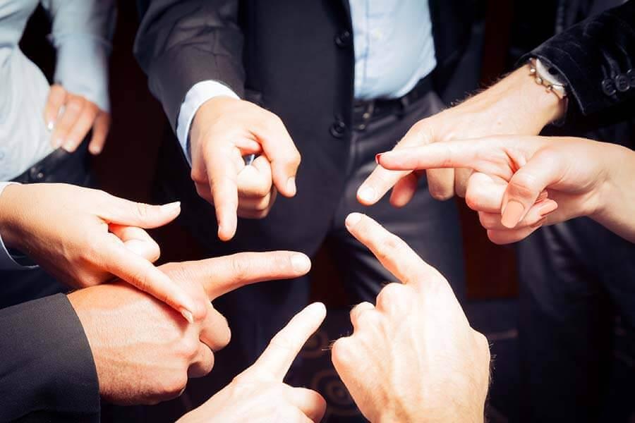 Pessoas apontando umas para as outras