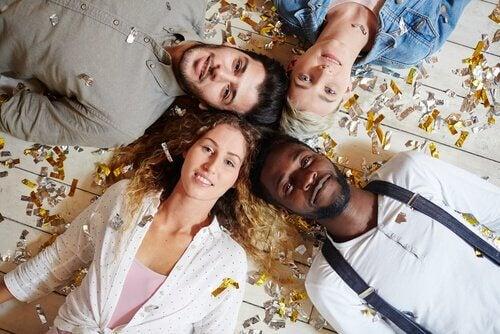 Amigos deitados no chão