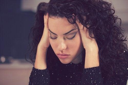 Por que eu sinto tanto sono? Causas e soluções