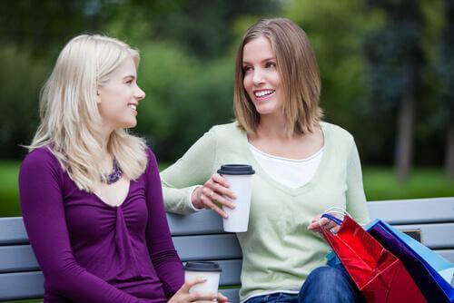 Amigas conversando no parque