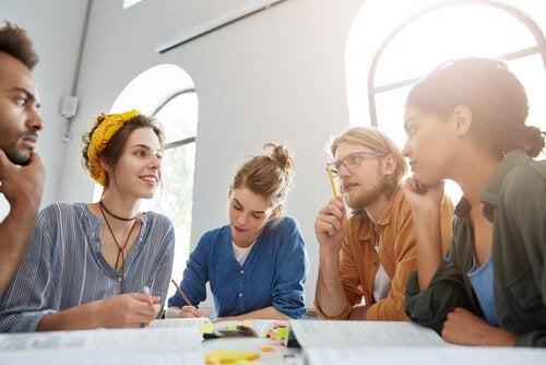 Grupo de alunos discutindo entre si
