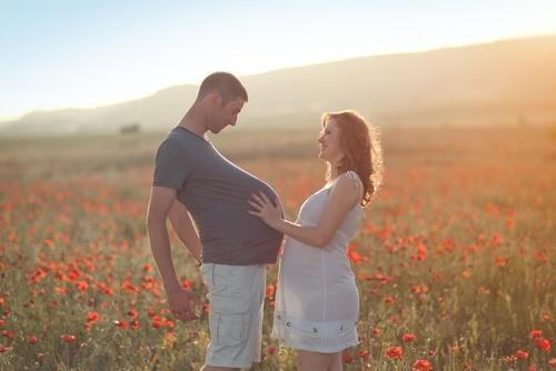 Homem fingindo estar grávido