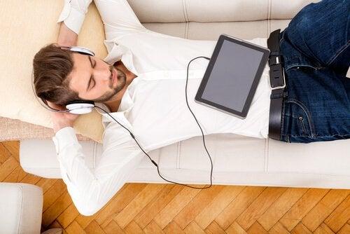 Homem relaxando e ouvindo música