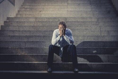 Homem desempregado triste