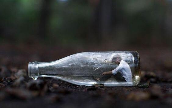 Homem dentro de garrafa de vidro